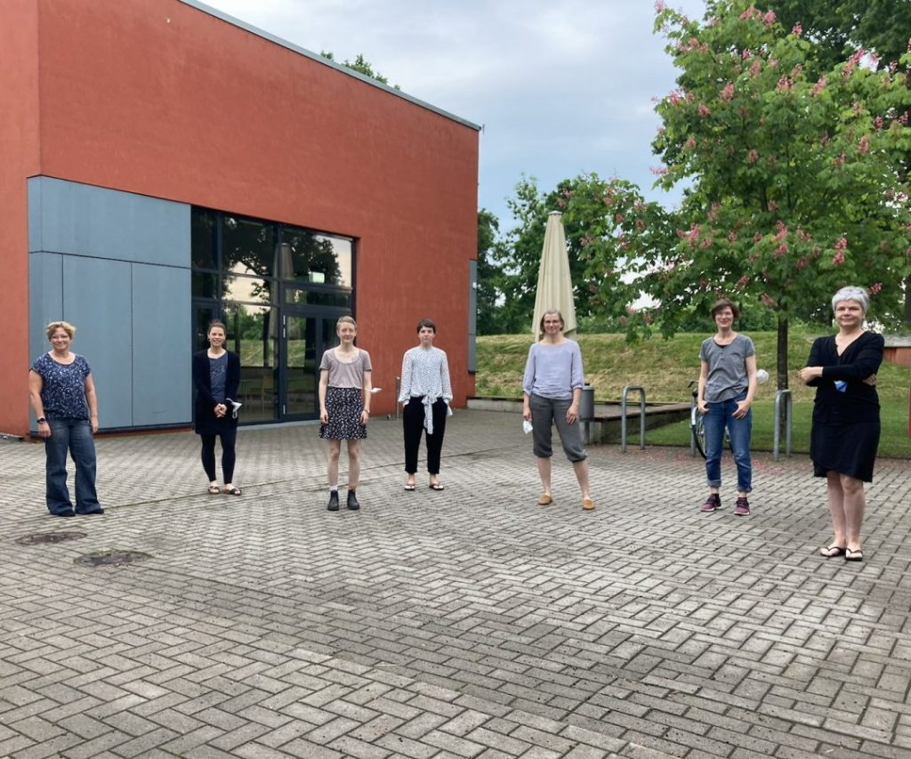 7 Frauen vom AMSOB e.V Leitungskreis vor einem Gebäude in Bremen